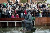 Estatua de Andersen sumergida en el muelle de Odense.
