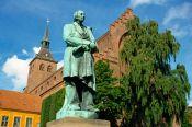 Estatua de Andersen viendo al río en Odense.