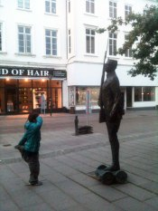 """Estatua de """"El soldadito de plomo""""."""