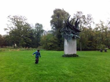 """Escultura de """"Los cisnes salvajes""""."""