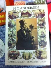 Edición clásica con todos sus cuentos que tiene todo danés.