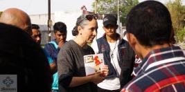 """Nora Obregón leyendo """"Caperucita al volante"""" a personas migrantes."""
